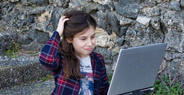 Photo of Výzkum Univerzity Karlovy: Jedno dítě z deseti pozná skrytou reklamu na internetu