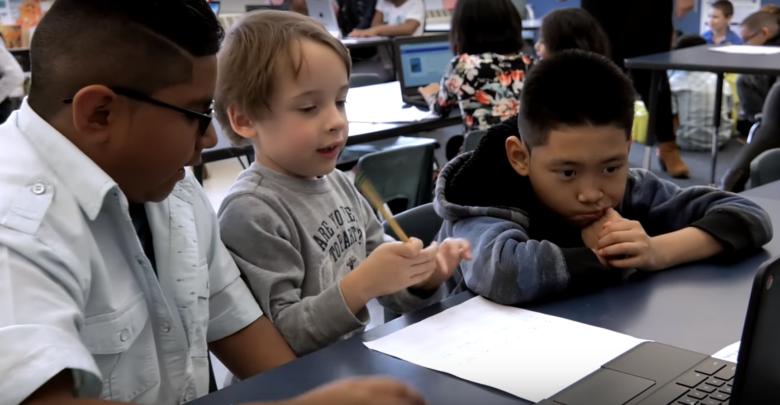 Photo of Páťáci učí prvňáčky, jak zacházet stechnologiemi