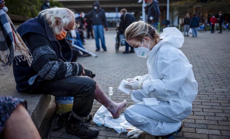 Photo of Tvrdá škola: Lidem bez domova ošetřují rány plné červů
